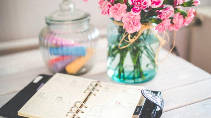 Agenda-vaso-fiori-rosa-barattolo-vetro-tavolo-legno