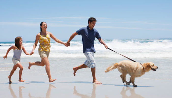 famiglia in vacanza al mare